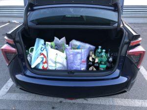 Toyota Mirai bagagliaio con spesa supermercato