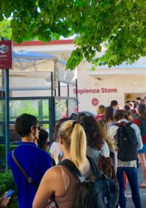 Coda di studenti per la borraccia Sapienza