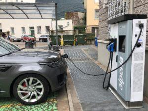 Range Rover in ricarica elettrica nella sede Alperia a Bolzano
