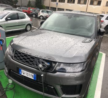Ricarica elettrica della Range Rover Sport ibrida Plug-in sotto la pioggia battente