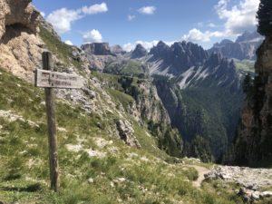 Paesaggio dolomiti con insegna sentiero
