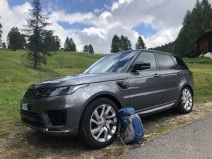 Range Rover ibrida plug-in dolomiti con zaino