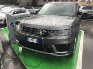 Range Rover ricarica sotto la pioggia