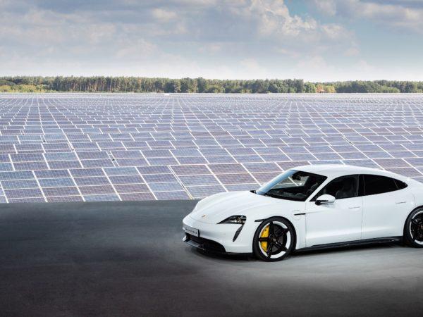Porsche Taycan elettrica pannelli solari