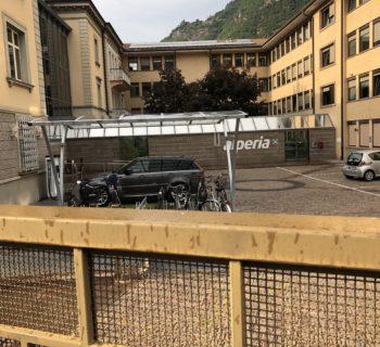 Ahi Ahi Ahi, Alperia. La Range Rover in ricarica viene chiusa dentro la sede a Bolzano!