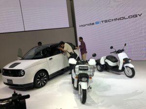 Honda e e scooter Honda elettrici con visitatori