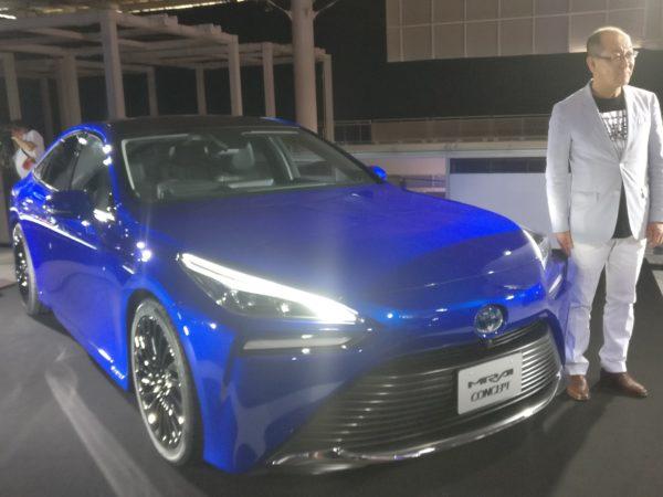 Tanaka con Toyota Mirai 2020 muso tre quarti