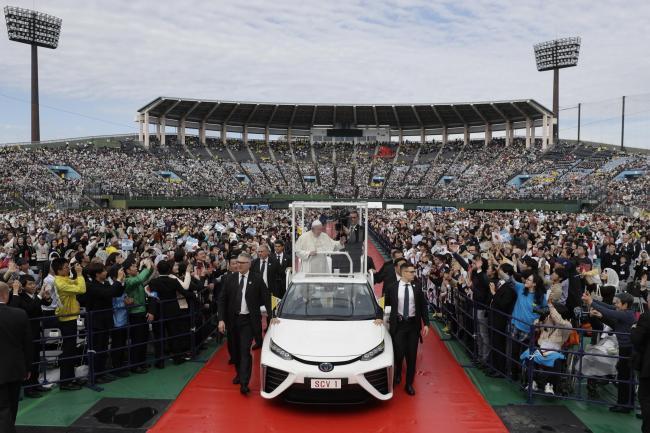Papa Francesco, il pontefice ad emissioni zero a Nagasaki su una Toyota Mirai a idrogeno