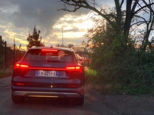 Audi e-tron posteriore sera con luci e stop
