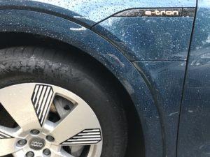 badge e-tron con pioggia