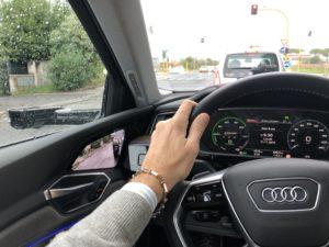 Mano FO guida Audi e-tron roma pioggia strada