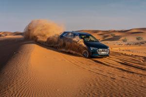 Audi e-tron deserto Abu Dhabi FO guida su dune