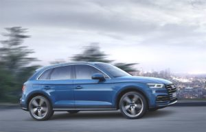 Audi Q5 TFSI e vista laterale dinamica