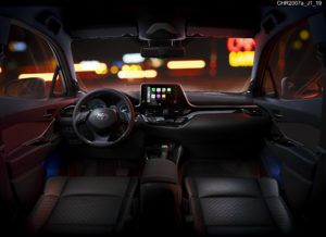 Interni Toyota C-HR 2020 con Apple CarPlay e Android Auto