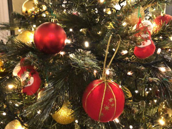Albero con palline di Natale 2019