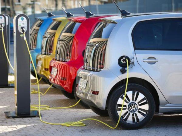Volkswagen e-up! 2020 posteriore ricarica colonnina