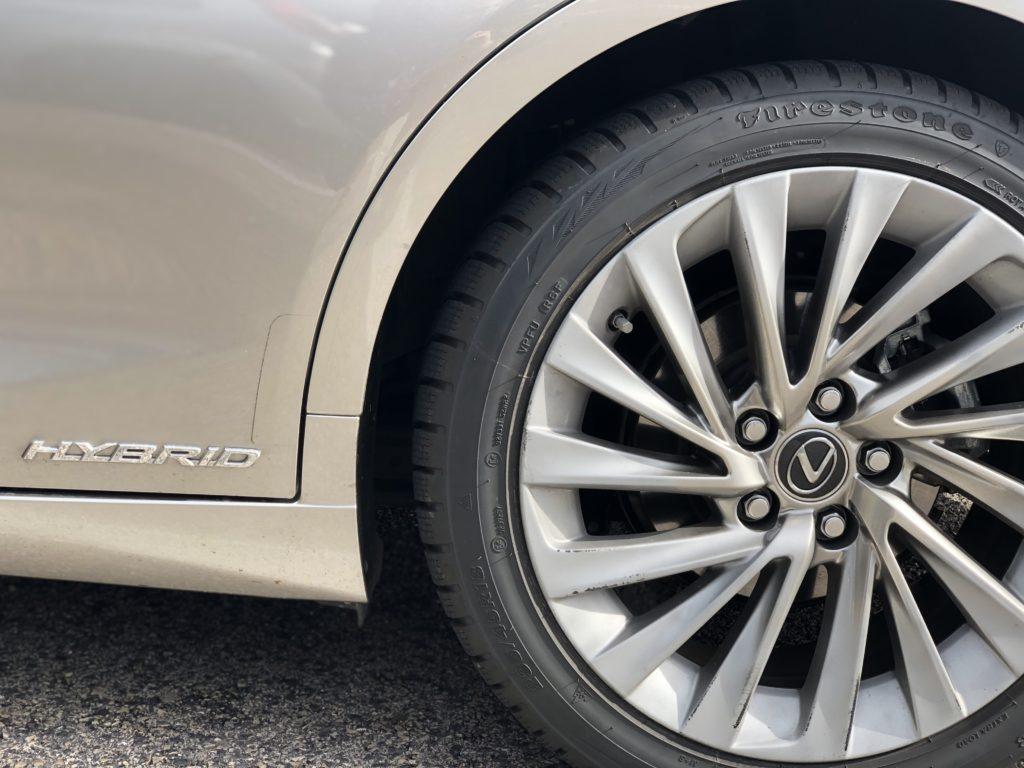 Scritta Hybrid e ruota posteriore Lexus