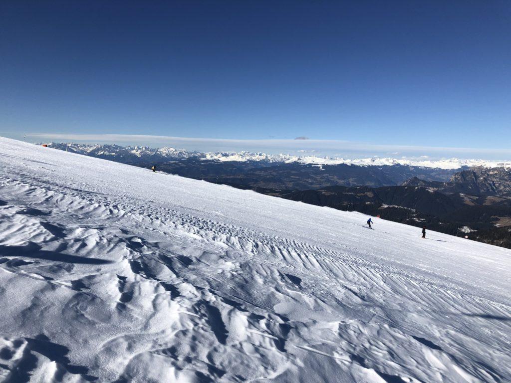 Pista sci neve con paesaggio