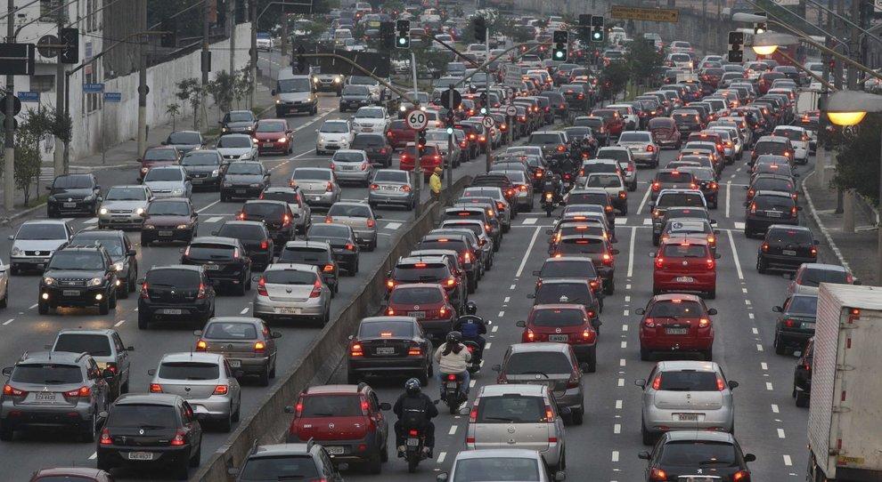 Automobile dimenticata solo traffico e inquinamento