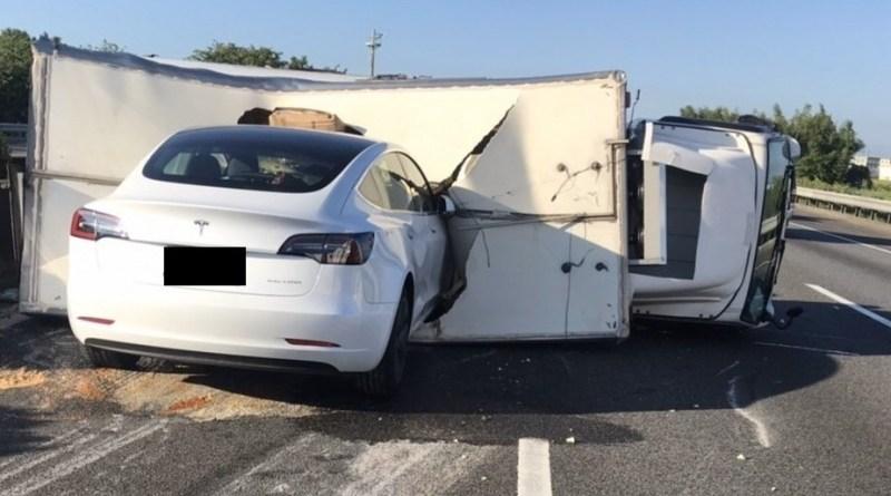 Tesla Model 3 Autopilot nel furgone