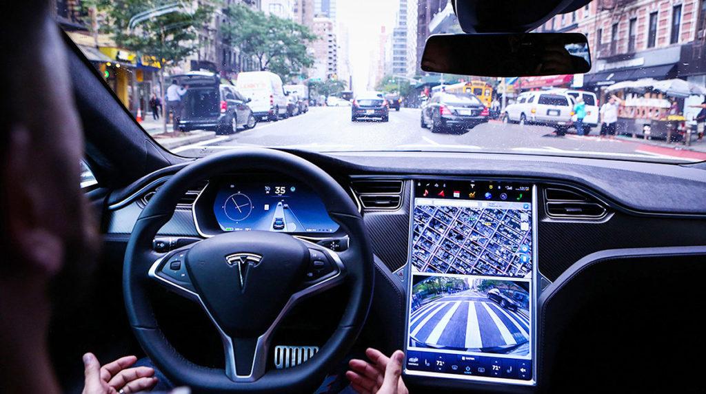Tesla Autopilot interno guida