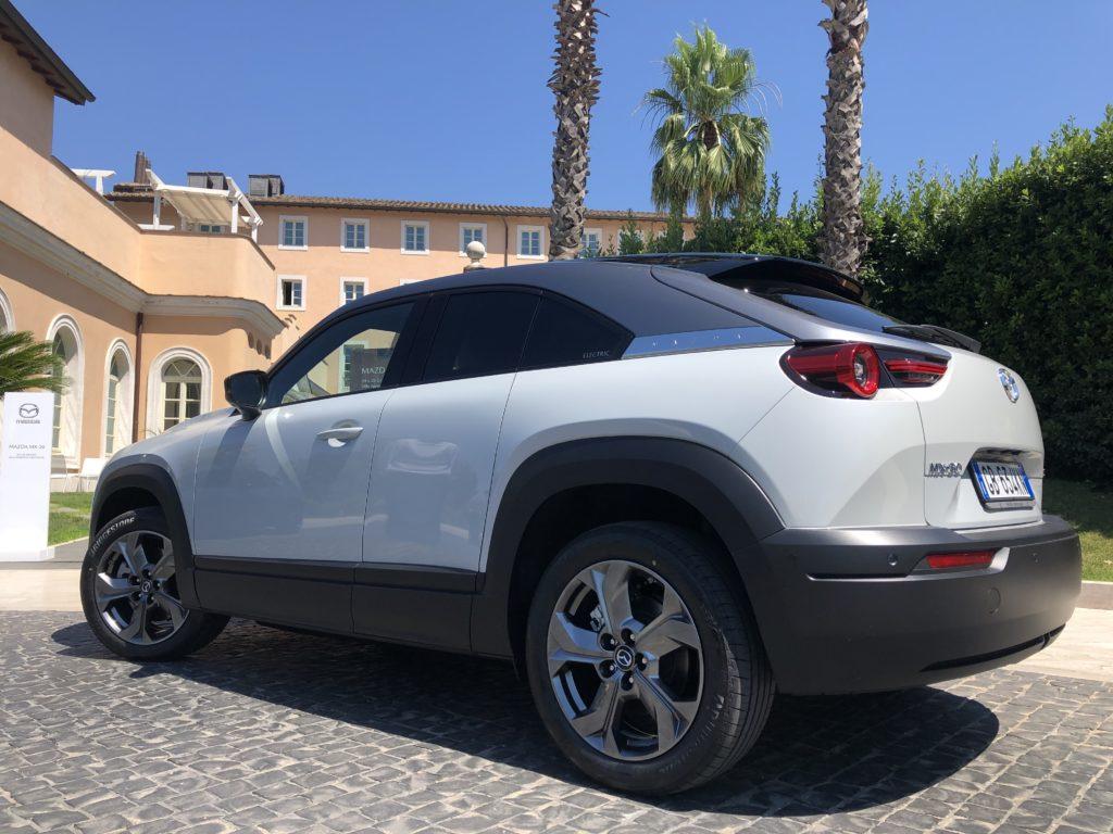 Prova Mazda MX-30 posteriore