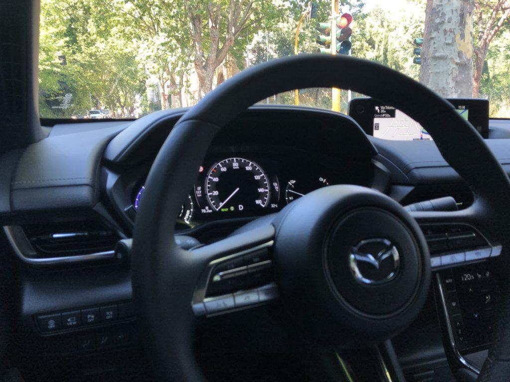 Mazda MX-30 posto guida su strada