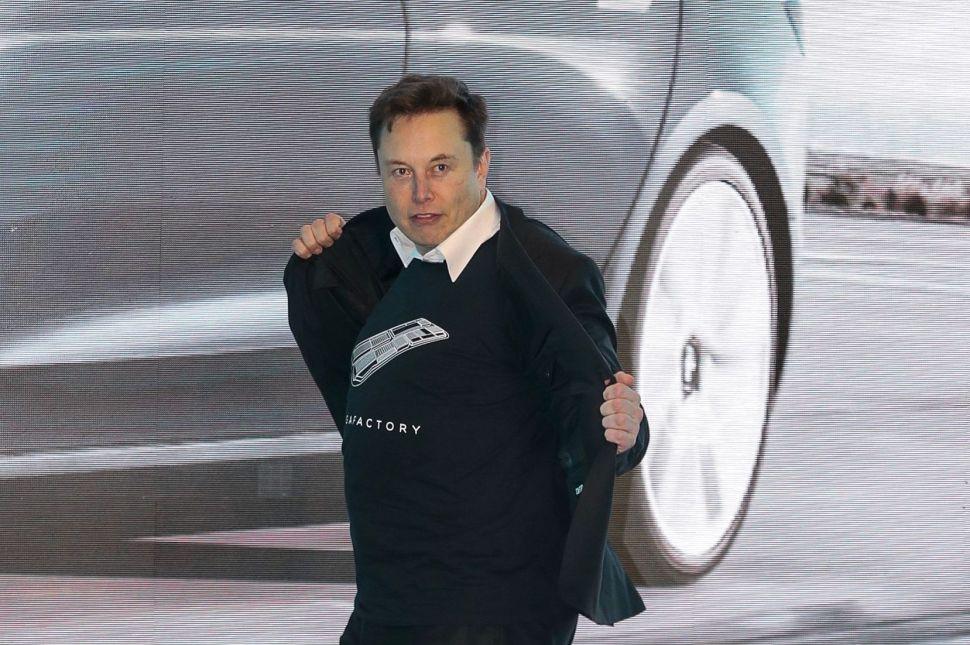 Tesla Elon Musk che Balla