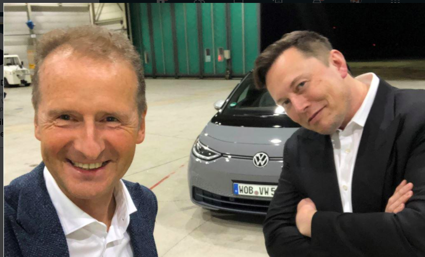 Elon Musk prova la Volkswagen ID.3 in Germania, ecco il video