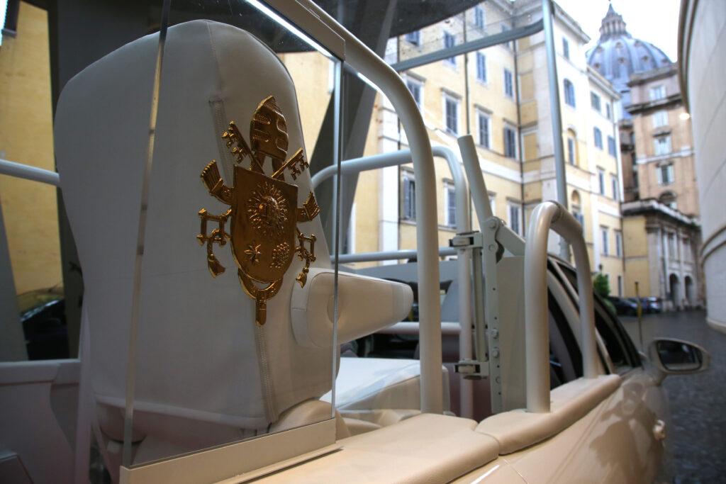 Logo papale su Toyota Mirai Papamobile a idrogeno