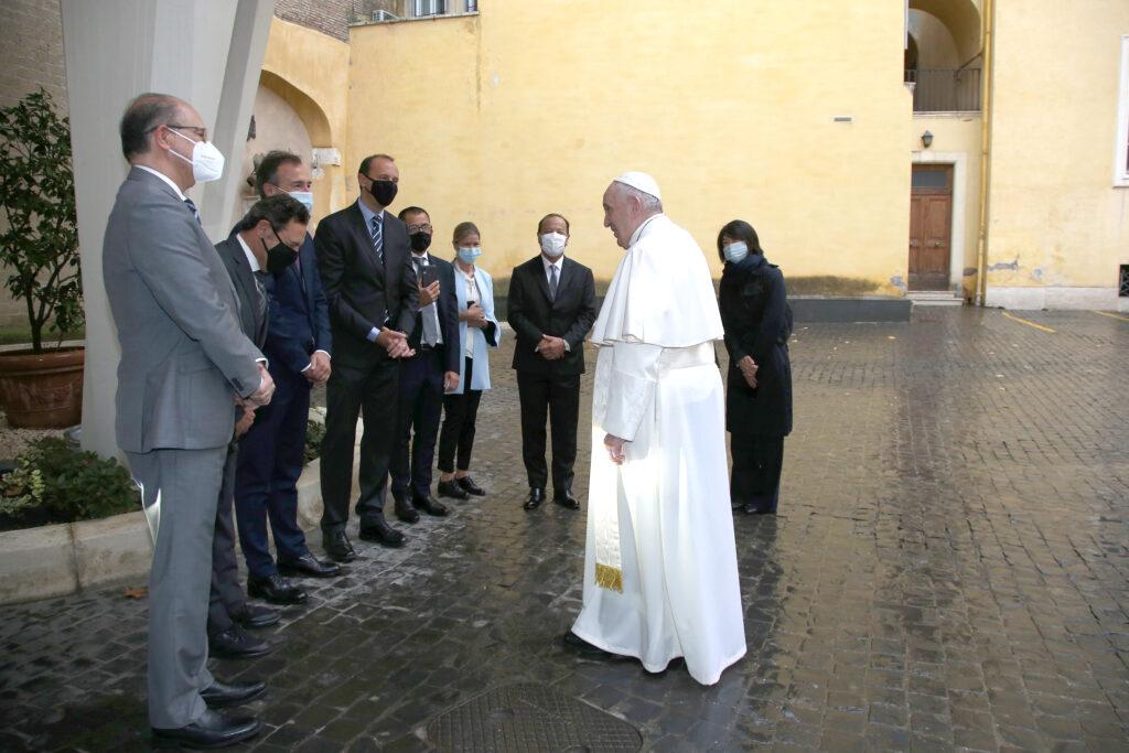 Papamobile a idrogeno delegazione Toyota con il Papa