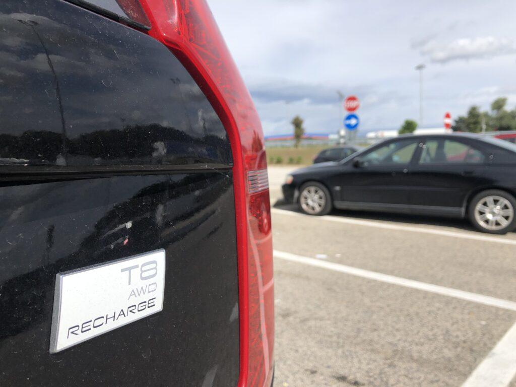 Volvo XC90 T8 recharge scrittaa