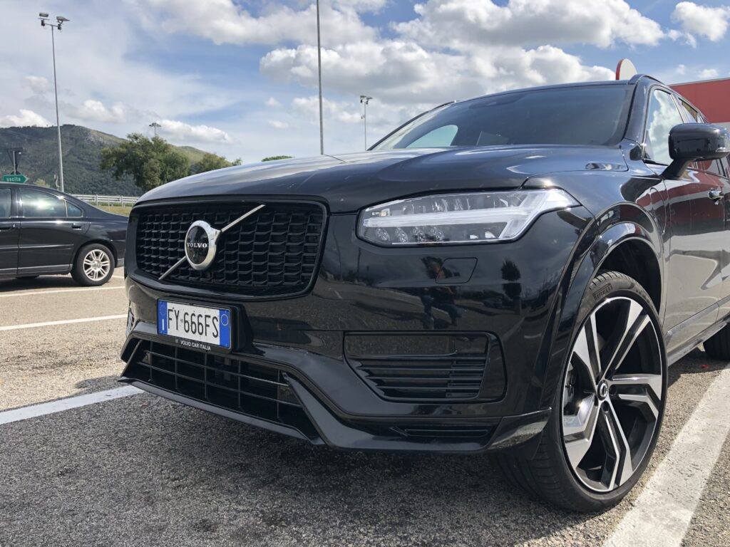 Volvo XC90 plug-in hybrid nera muso primo piano