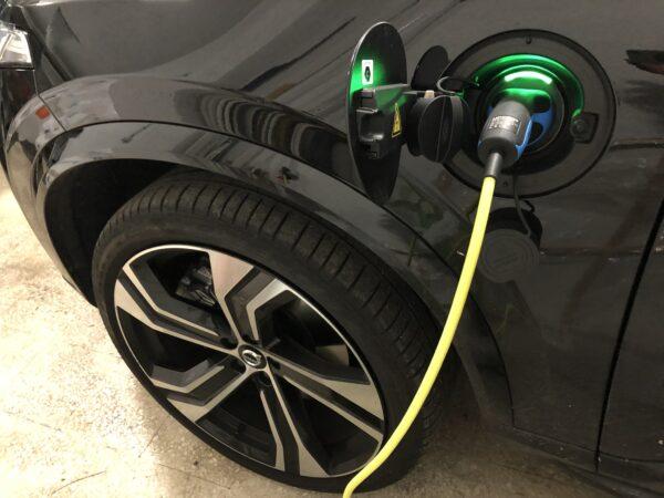 Volvo XC90 Plug-in ricarica in garage