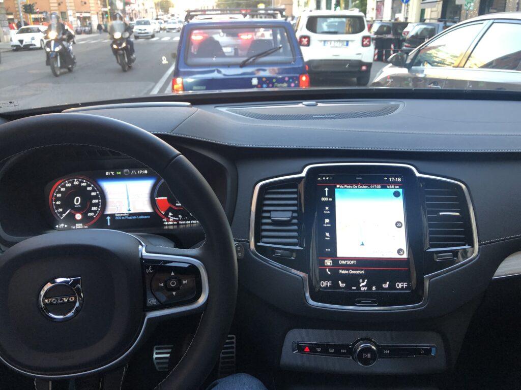 Volvo XC90 plug-in hybrid traffico Roma
