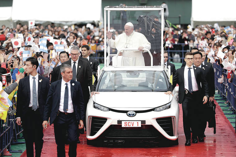 Papa Francesco riceve in dono dalla Toyota la Papamobile a idrogeno