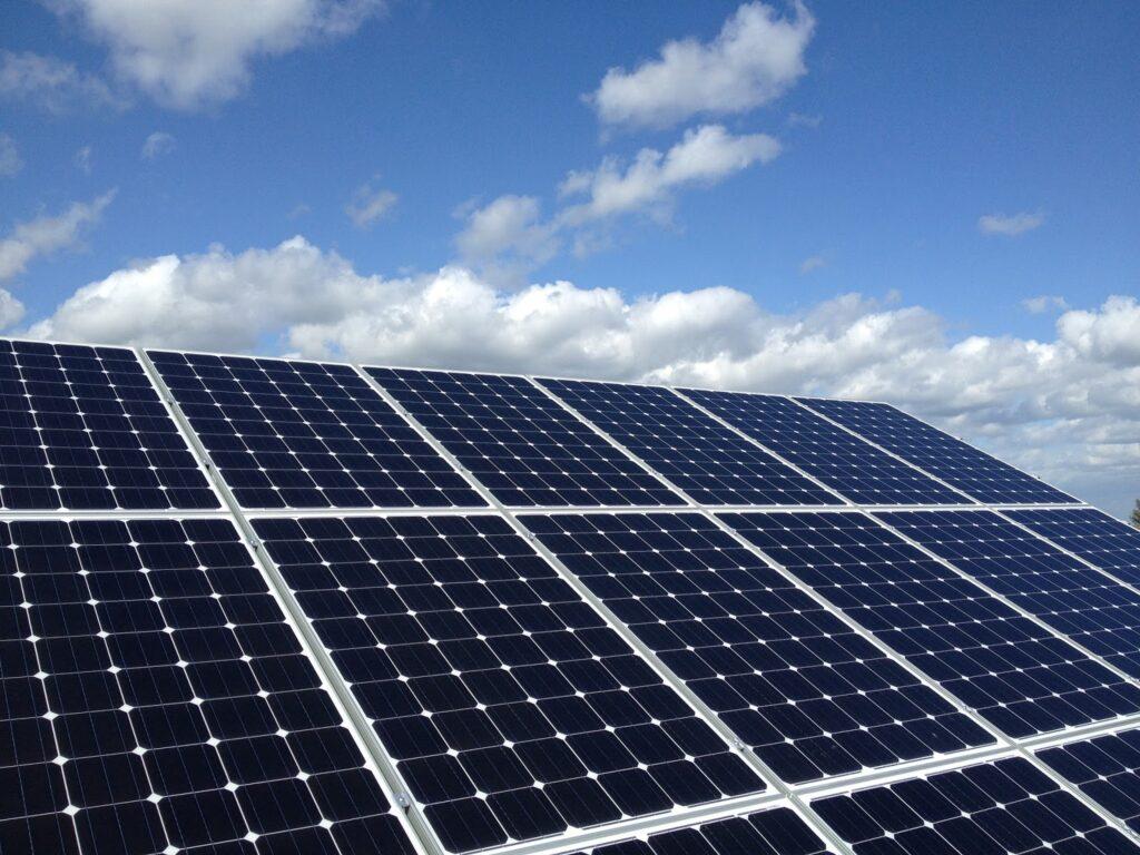Pannelli fotovoltaici silicio monocristallino sfondo cielo azzurro
