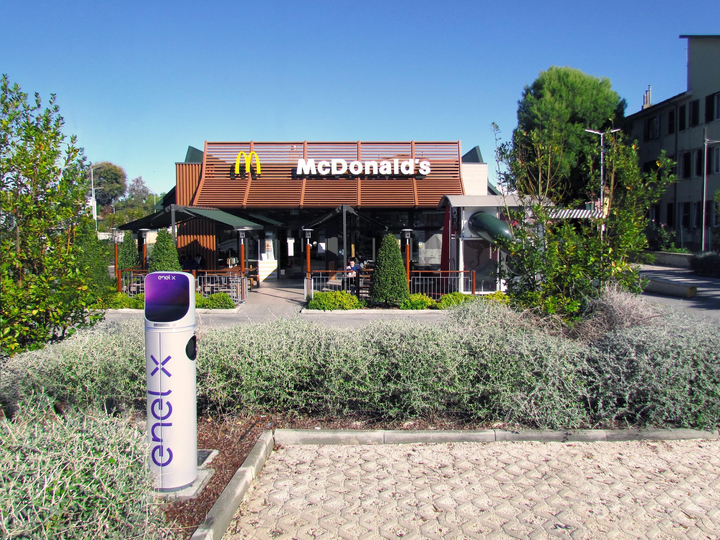 Enel X, in 100 McDonald's italiani 200 punti di ricarica entro il 2021, la metà fast charge
