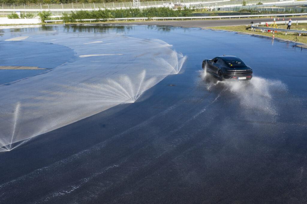 Porsche Taycan record derapata bagnato