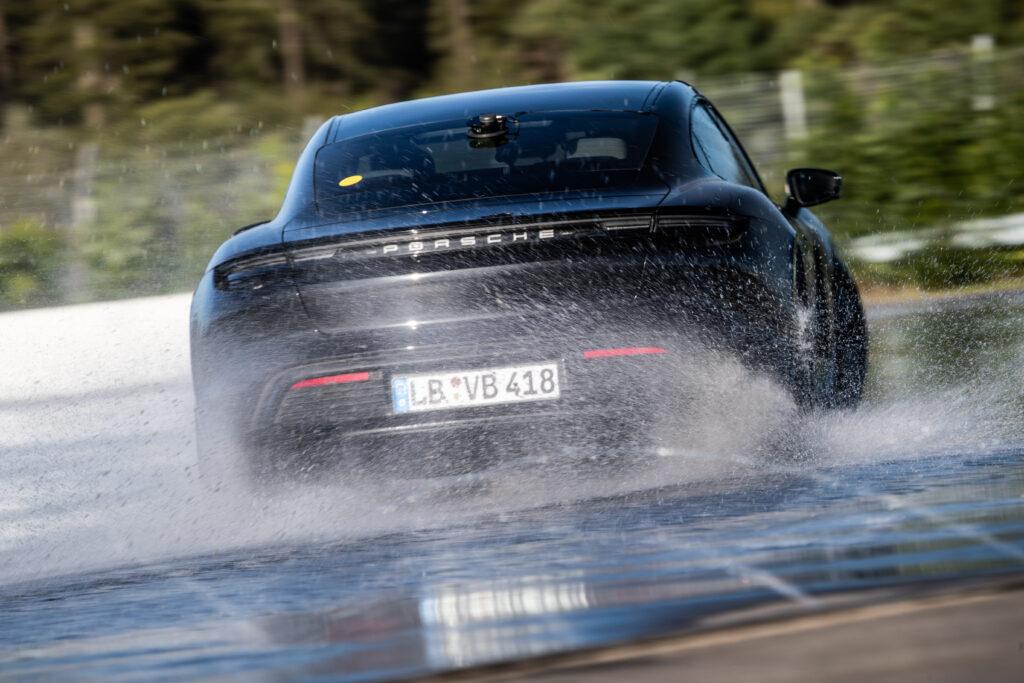 Porsche Taycan derapata posteriore