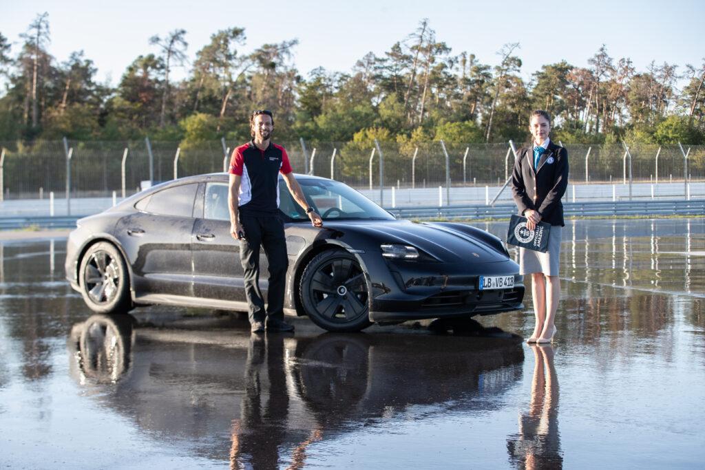 Pilota Porsche Taycan record derapata