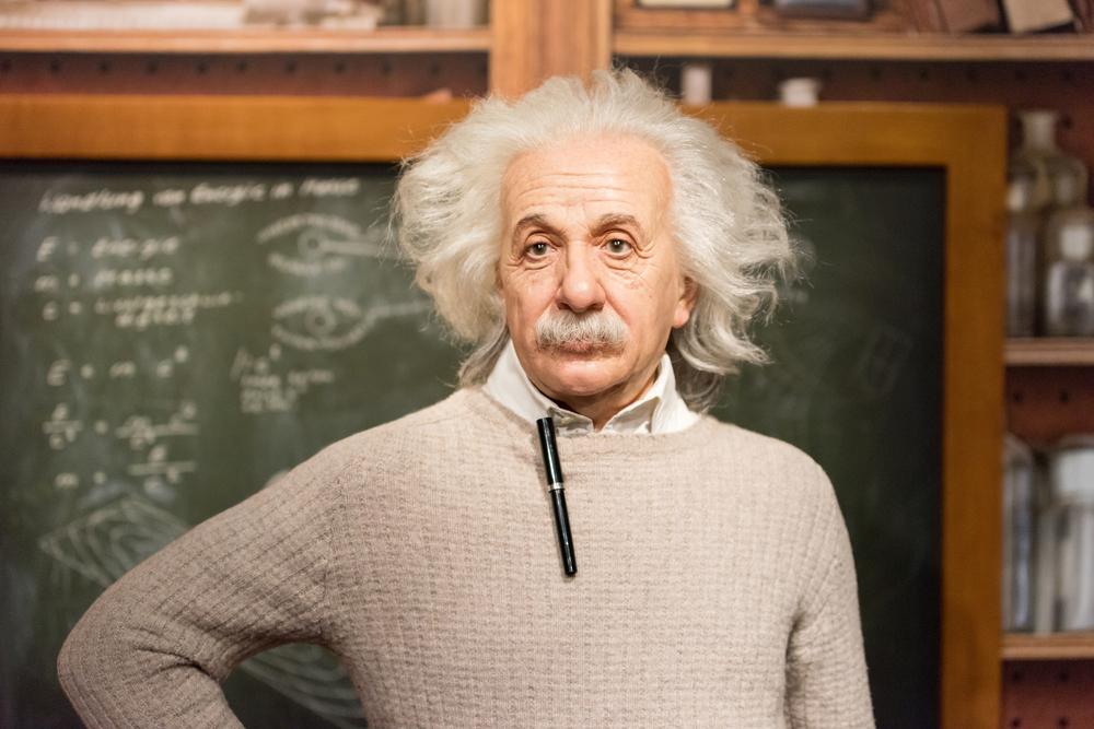 Albert Einstein davanti alla lavagna