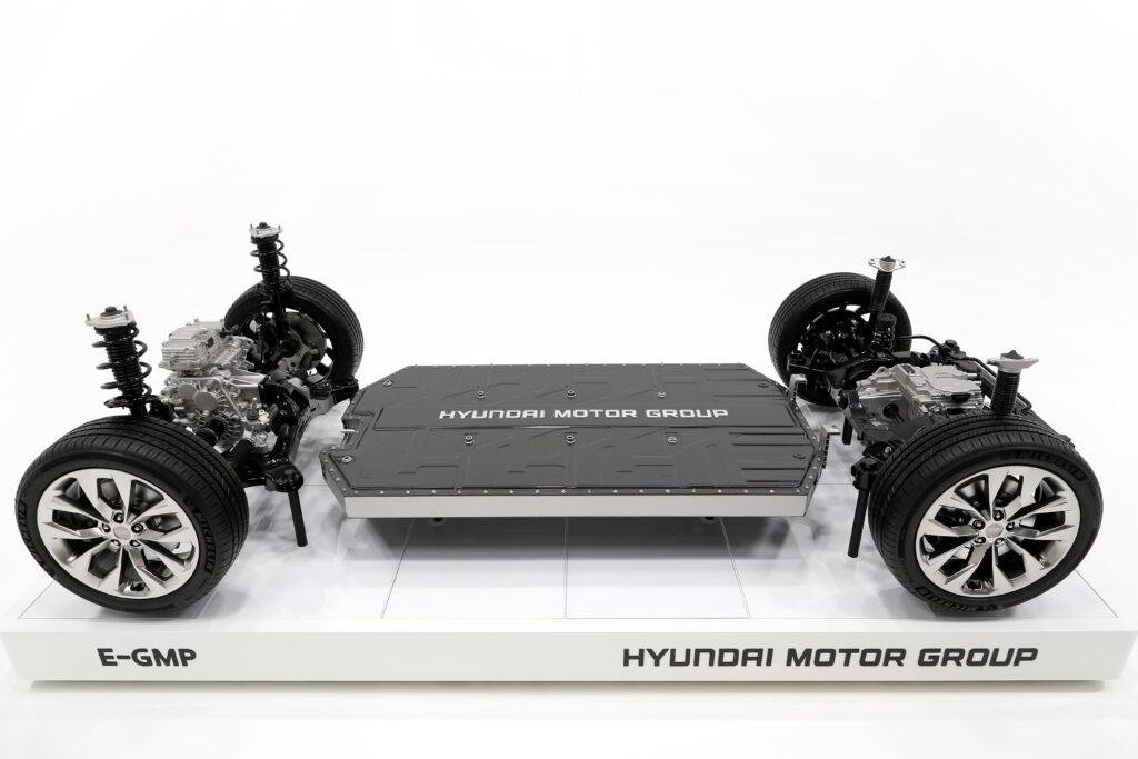 Piattaforma Hyundai E-GMP su piedistallo