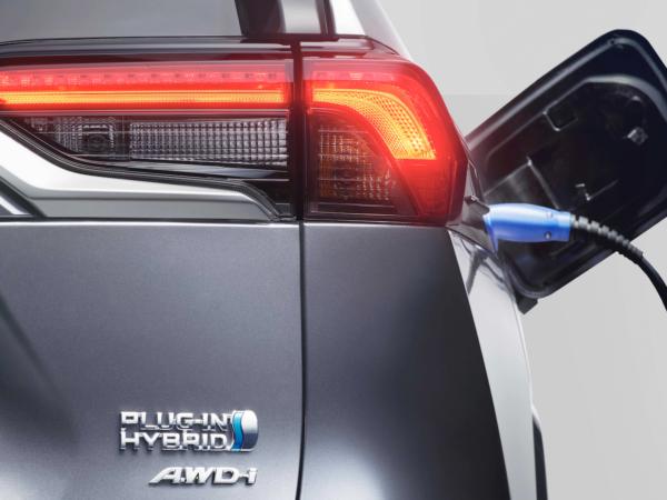 Toyota RAV4 Plug-in Hybrid etichetta e presa