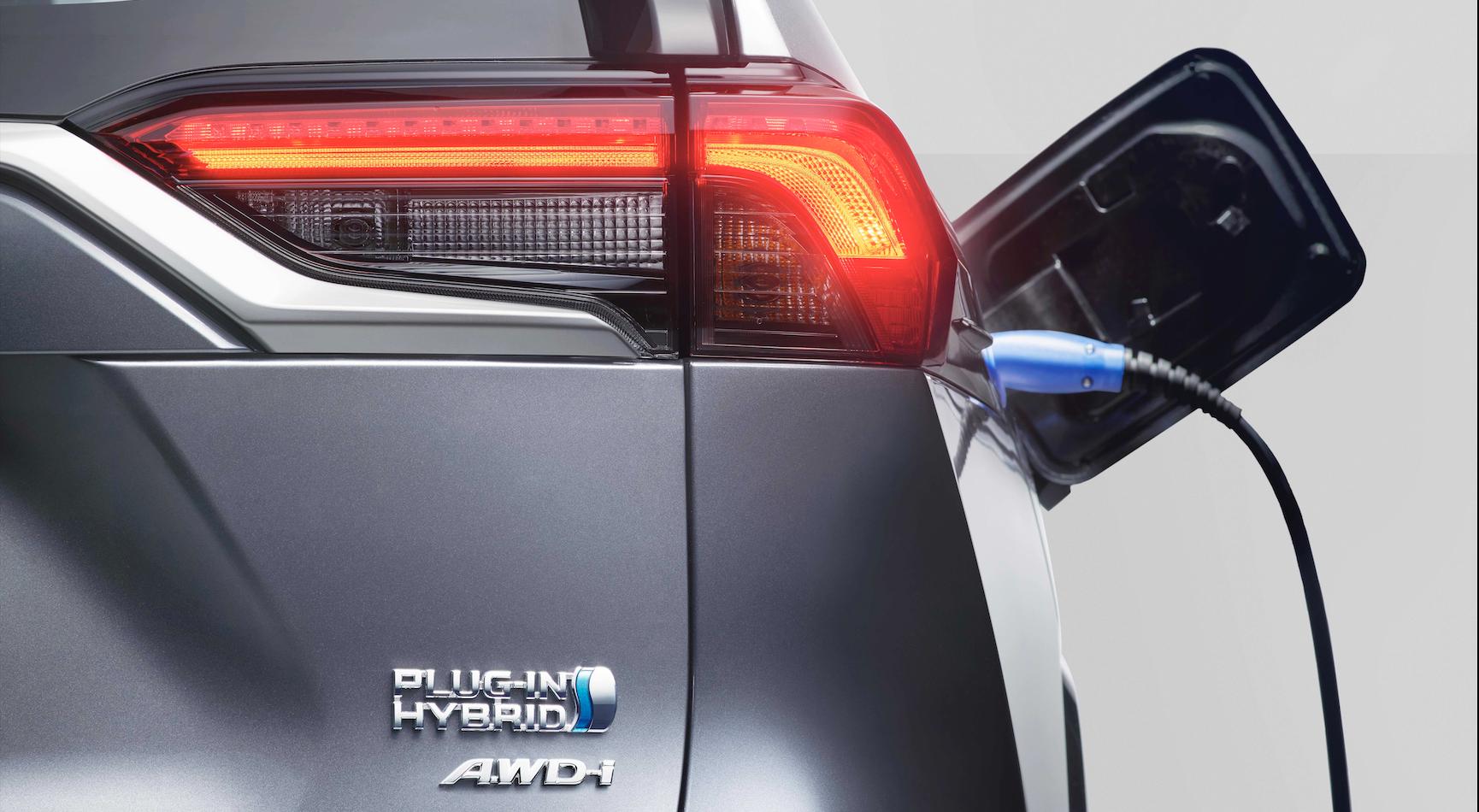 Toyota RAV4 Plug-in Hybrid, insieme alla spina arrivano le batterie al litio