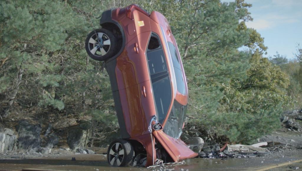 Volvo sicurezza auto lanciata dalla gru