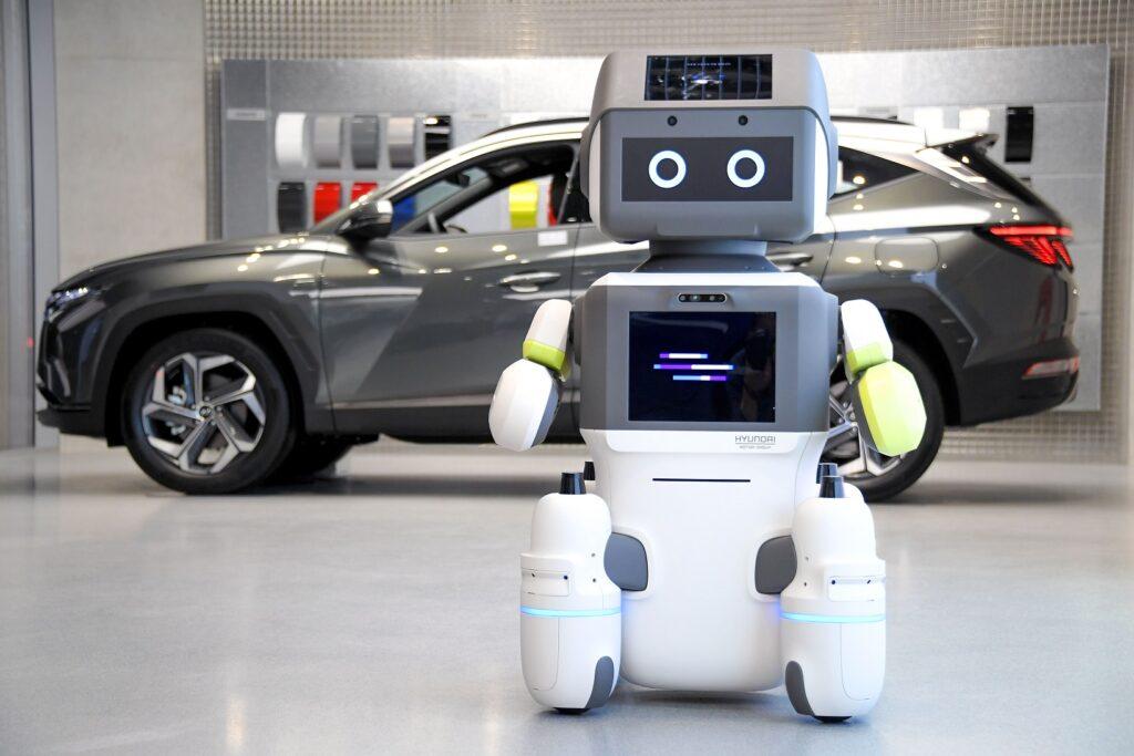 Robot Hyundai DAL-e con auto in concessionaria