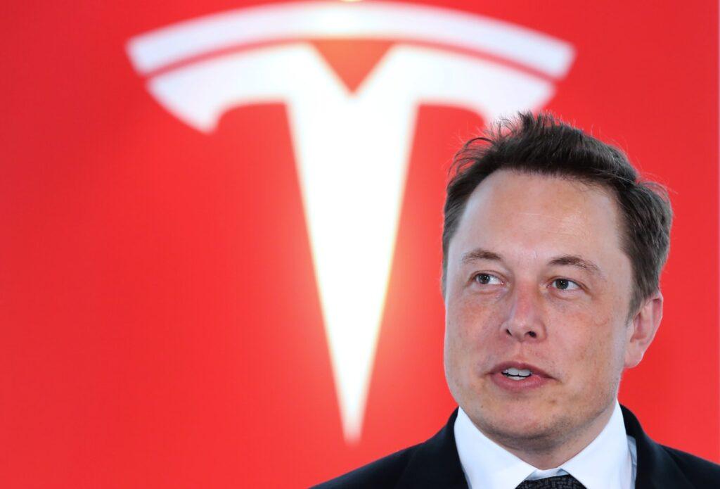 Musk con logo Tesla