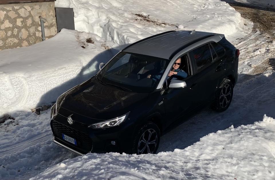 Guida Suzuki Across neve