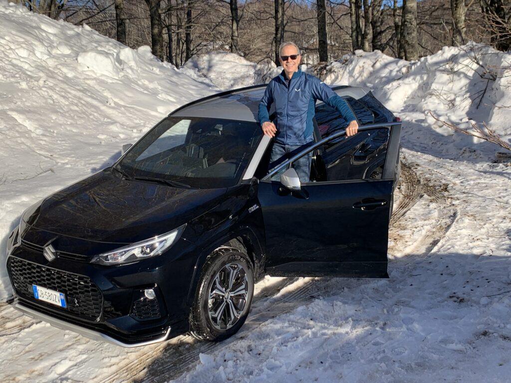 FO sullo sportello Suzuki Across Plug-in Hybrid neve